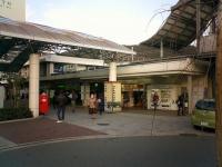 京都駅から1駅、約5分で到着する山科駅(Onagadoriさん撮影、Wikimedia Commons
