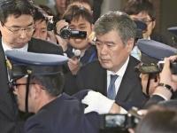 警備員に囲まれ、財務省を後にする福田淳一事務次官(毎日新聞社/アフロ)