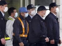 カルロス・ゴーン被告を保釈 作業員の姿に変装(写真:AP/アフロ)