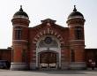 レトロなレンガ建築の旧奈良少年刑務所正門(663highlandさん撮影、Wikimedia Commons