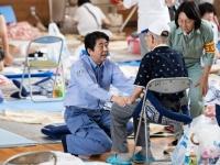 西日本豪雨の被災地を訪問する安倍晋三首相(写真:AFP/アフロ)