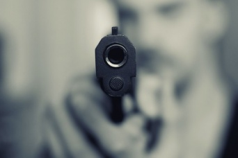 過信しすぎだろ!防弾チョッキ着ながら実弾で撃ち合いをしていた2人の男性が逮捕される(アメリカ)