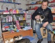 激しい寒さで行き倒れになりそうな野良猫たちを守るため、自分の店を解放した店主(トルコ)