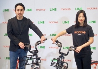 LINEの出澤剛CEO(左)が中国Mobike(モバイク)との提携を発表