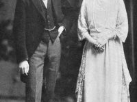 1924(大正13)年の結婚直後の皇太子裕仁親王と、親王妃良子。(写真はウィキペディアより)