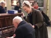 駅でピアノを弾く老人男性に合わせて女性歌手が歌を。そこから始まる感動のセッションに駅が震える(イギリス)