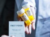 食事内容から不足栄養素をサプリで補う(shutterstock.com)