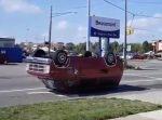 どうなってるの!? 上下逆さになったまま走る車。