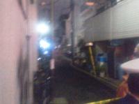 深夜遅くまで消防関係者の出入りが続いた