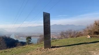 謎のモノリスが今度はルーマニアの丘に出現!