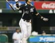 華麗なバット投げはプロ野球の魅力のひとつ(写真はロッテ・角中勝也)