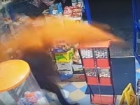 これがガチの催涙弾?店主が武装強盗に唐辛子を大量に投げつけるという防御策に出た(イギリス)