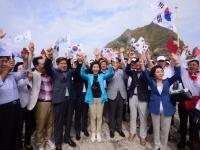 竹島に上陸した韓国の国会議員団(写真:AP/アフロ)