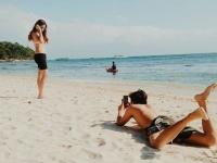 彼女のインスタ映えの背景にボーイフレンドの努力あり。最高のアングルで写真を撮ろうと奮闘する世界の男たち
