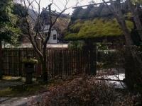 「亀の井別荘」を象徴する宿泊棟入口の門