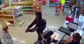 メキシコの食肉店で強盗に拳銃を突きつけられた麦わら帽子のおっさん、素手で強盗を抑え込む