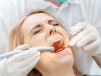 顕微鏡で虫歯治療も「痛み」が少ない(depositphotos.com)