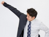 職種によっては1着で十分! 社会人は平均何着スーツを持っている?