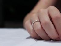 恋人アリとは限らない! 右手の薬指に指輪をする意味