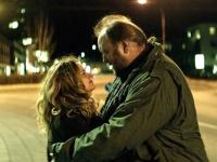 人づきあいが苦手な大男・フーシとワケあり女のシェヴン(リムル・クリスチャンスドッティル)。2人の恋はうまく成就するか?