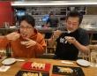 美味しそうに餃子を食べる蜂須賀敬明さん(左)と小野寺力さん