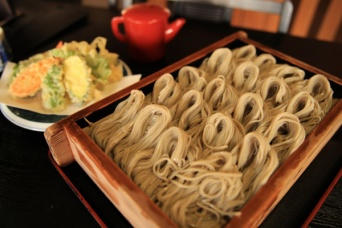 新潟で足止めをくらったら郷土料理へぎそばを食べてエンジョイ!(画像はPhoto ACより)