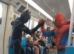 これはすごい。スパイダーマンとブラックパンサーが電車内で華麗なダンスを披露!
