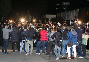両国国技館を出る際、報道陣に取り囲まれる日馬富士(写真:日刊スポーツ/アフロ)