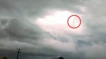 雲の中を歩く巨人?嵐雲の切れ目に現れた歩行する人型の物体