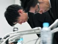 仮想通貨の出金停止について謝罪するコインチェックの和田晃一良社長(左)と大塚雄介取締役(毎日新聞社/アフロ)
