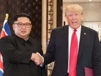 米朝首脳会談でのアメリカのドナルド・トランプ大統領(右)と北朝鮮の金正恩朝鮮労働党委員長(左)(写真:AFP/アフロ)