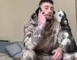 やきもち焼きのハスキー犬。飼い主の電話中、かまっての猛攻撃