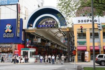 2008年6月の写真。左の「ドン・キホーテ」の看板がサンデパートビル(Mugu-shisaiさん撮影、Wikimedia Commons