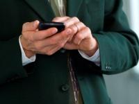LINEで会社への遅刻・欠席連絡はあり? 9割以上の社会人が「電話派」