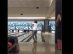 【奇跡】ボウリングの球が天井に当たるハプニング →そのままストライク!!