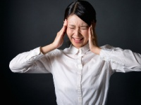 筋肉の過剰な緊張で頭痛 monzenmachi/PIXTA(ピクスタ)