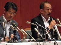 5月17日、関学で会見を行うアメフト部の鳥内秀晃監督と小野宏ディレクター