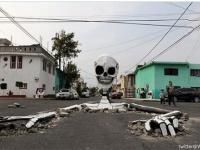 道真ん中に巨大な骸骨が!メキシコのお祭り「死者の日」がはじまる