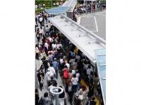 地震の影響で長蛇の列のJR大阪駅前バスターミナル(写真:坂本照/アフロ)