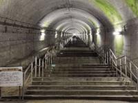 下りホーム近くの長い階段(以下、JR東日本高崎支社提供)