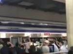 思わずほっこり! 周囲の人達が団結して、電車とホームに挟まれた男性を!