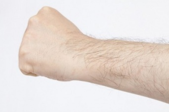 腕毛ヤバない!? 「男性ホルモン」が多そうな女性の特徴・5つ