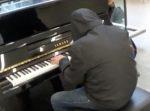 突然ピアノを弾き始める怪しいおじいさん。 だんだんと人が集まってきて…