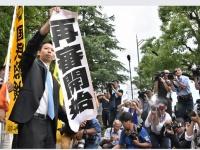 大津地方裁判所前で「再審開始」を報告する弁護団(写真:毎日新聞社/アフロ)