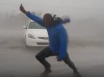 ヤバすぎ! 男がフロリダ州で発生した『ハリケーン・イルマ』に危険な挑戦!