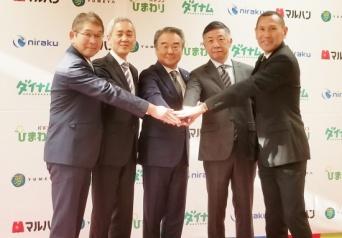 左から、合田観光商事の合田康広常務取締役、ダイナムの藤本達司代表取締役、ニラクの谷口久徳代表取締役、マルハンの韓裕代表取締役、夢コーポレーションの加藤英則代表取締役