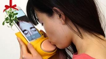 離れている相手とキスの感触を楽しめる、スマホ用デバイス「キッシンジャー」