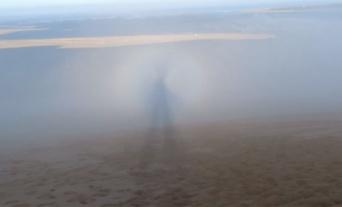 自然のいたずらだとはわかっていても...どうみてもヒトガタ、巨人の幽霊が歩いて見える影に遭遇(フランス)