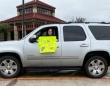 コロナで休校措置になった子供たちを励ますため、車で各家庭をまわり、あたたかいメッセージを届ける先生(アメリカ)