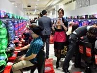 インバウンド対策で外国人を招待するマルハンの店舗(写真:Natsuki Sakai/アフロ)